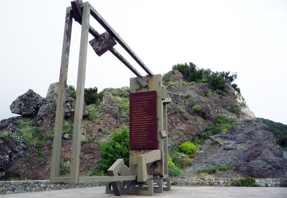 Monolito en homenaje a los 20 fallecidos - Mirador Roque Agando - La Gomera