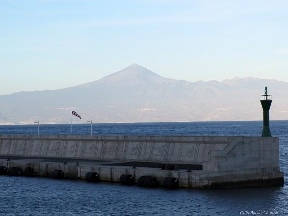 Puerto de La Gomera - Tenerife en el horizon