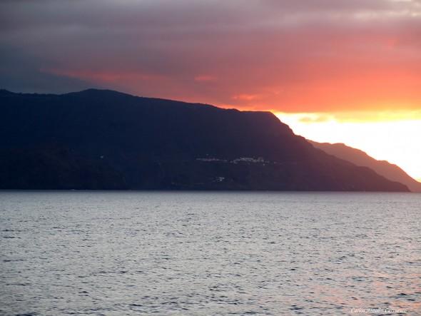 Atardecer dejando atrás la isla de La Gomera en dirección a La Palma