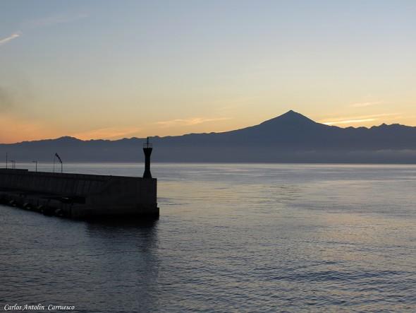 Tenerife desde el puerto gomero de San Sebastián de La Gomera