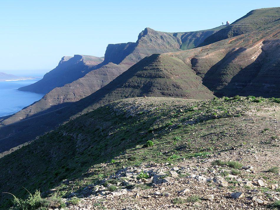 Riscos de Famara - Pico Maramajo - Lanzarote -. peñas de chache